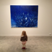 A SMALL VISITOR TO THE SHOW IN FRONT OF SUPERSTAR (2015). COURTESY OF THE ARTIST AND HAMISH MCKAY GALLERY.