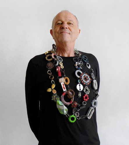 Otto Künzli with fianl chain made by students.  Photo: Therese Hilbert crop